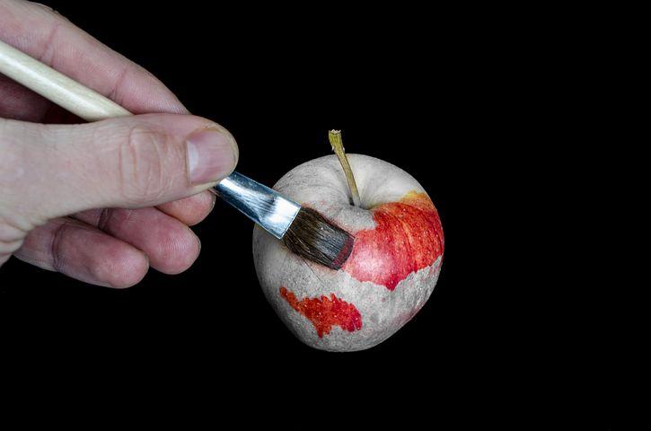 りんごを塗る人
