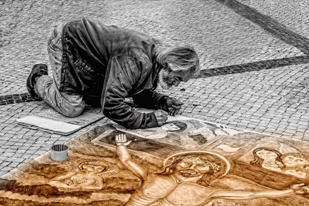 絵を描く男