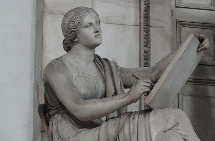 悩みながら絵を描く女神
